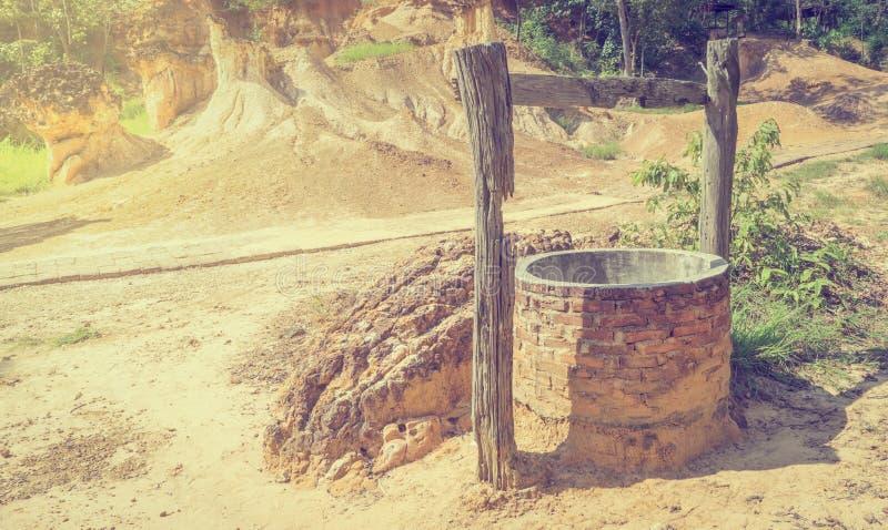 Agua bien en tierra seca fotografía de archivo