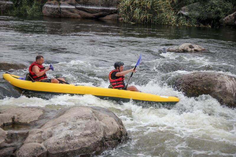 Agua blanca de dos mangos kayaking en el deporte del río, del extremo y de la diversión en la atracción turística imagen de archivo