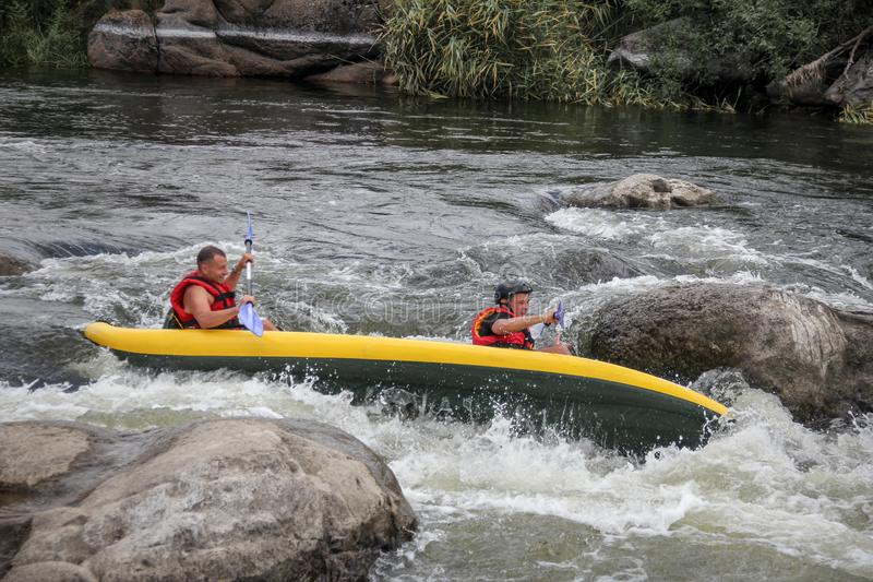 Agua blanca de dos mangos kayaking en el deporte del río, del extremo y de la diversión en la atracción turística imagen de archivo libre de regalías