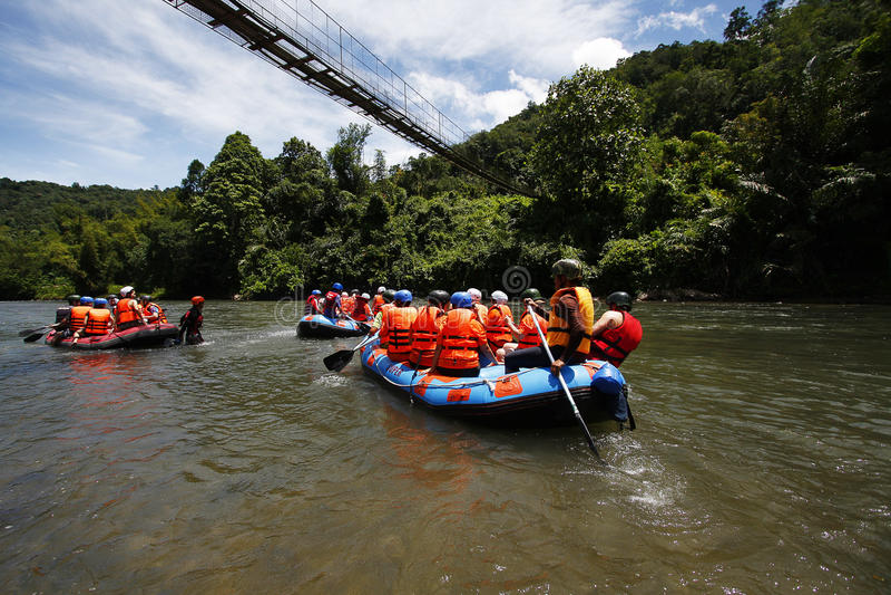 Agua blanca que transporta en balsa en Kiulu, Sabah imágenes de archivo libres de regalías