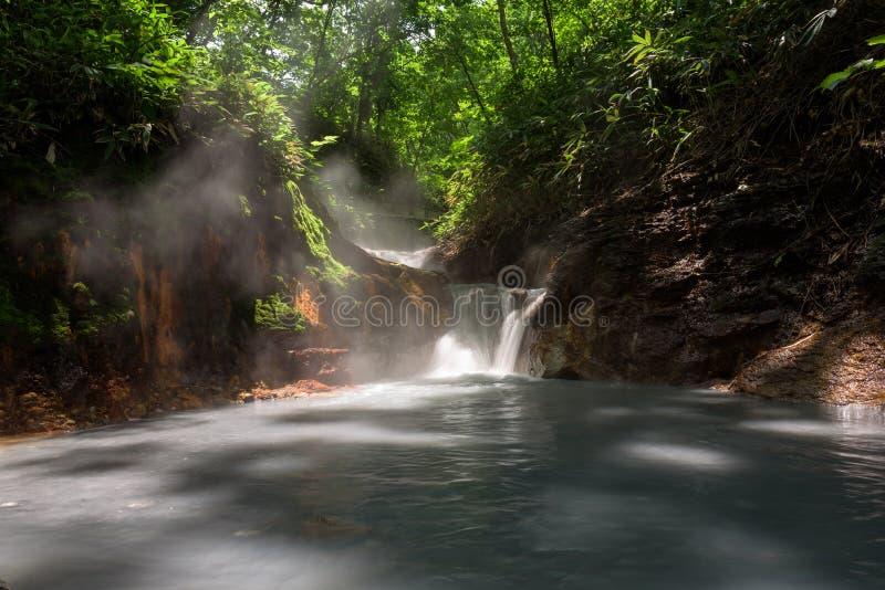 Agua caliente del río de Oyunumagawa que fluye de la charca de Oyunuma a través del valle Jigokudani del infierno foto de archivo libre de regalías
