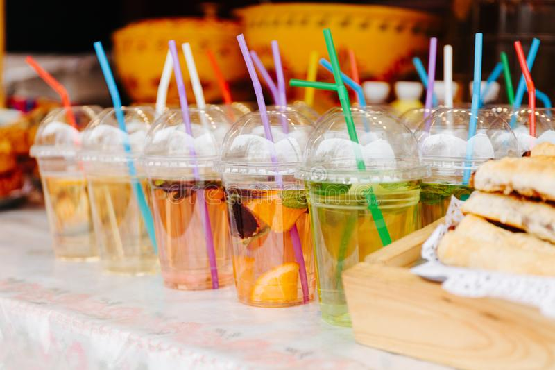 Agua caliente del t? de la fruta o de la fruta en vidrios con los tubos foto de archivo libre de regalías