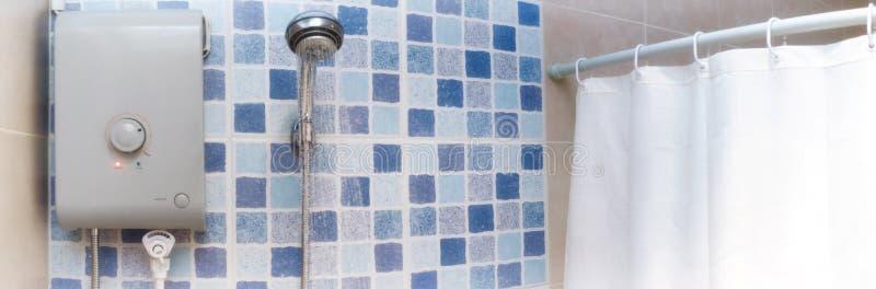Agua caliente para regar de un calentador de agua eléctrico fotos de archivo libres de regalías
