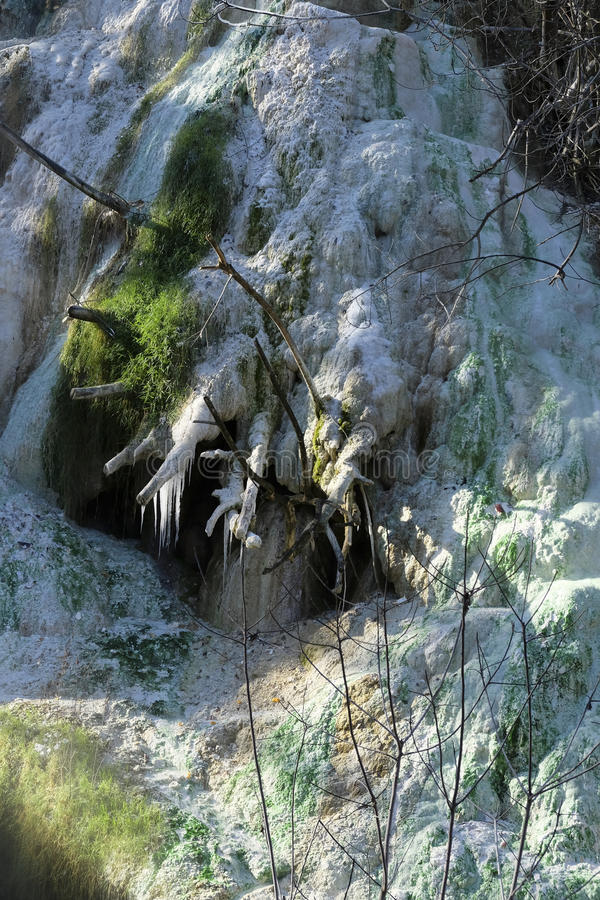 Agua caliente y carámbanos en las aguas termales imagenes de archivo