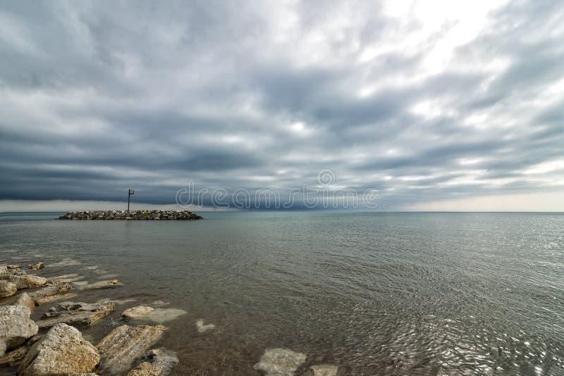 Agua, cielo y nubes imagen de archivo
