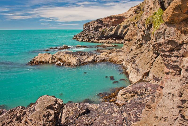 Agua clara azul de la bahía cerca de la ciudad de Christchurch en Nueva Zelanda foto de archivo libre de regalías