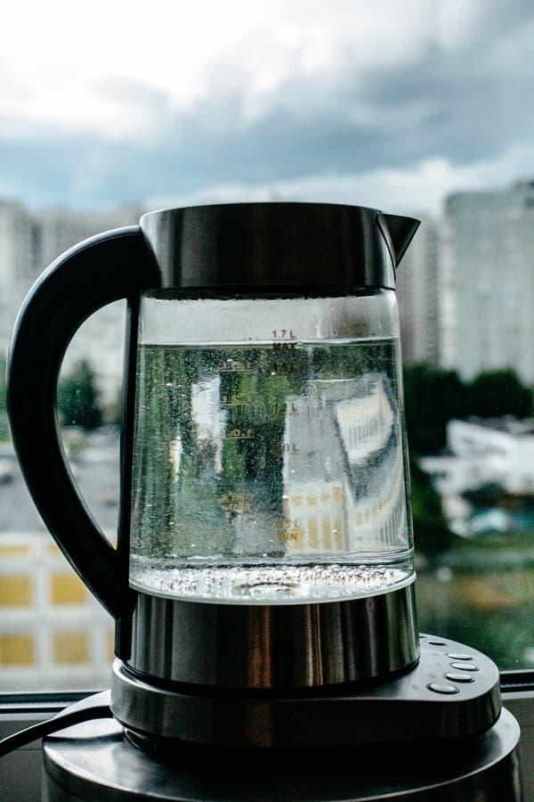 Agua clara de ebullición en caldera imagen de archivo