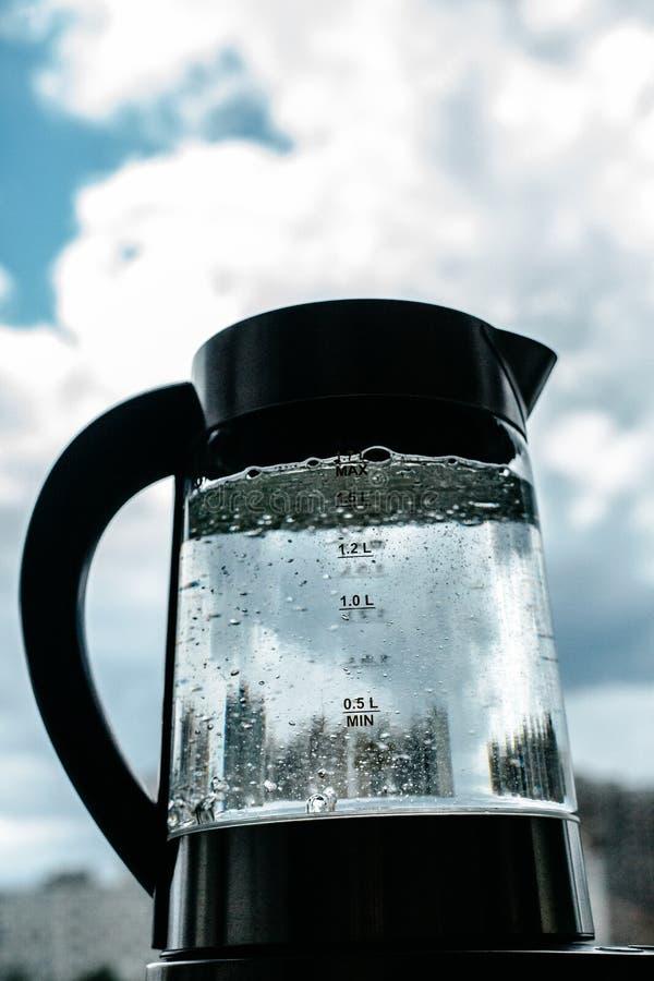 Agua clara de ebullición en caldera imagen de archivo libre de regalías