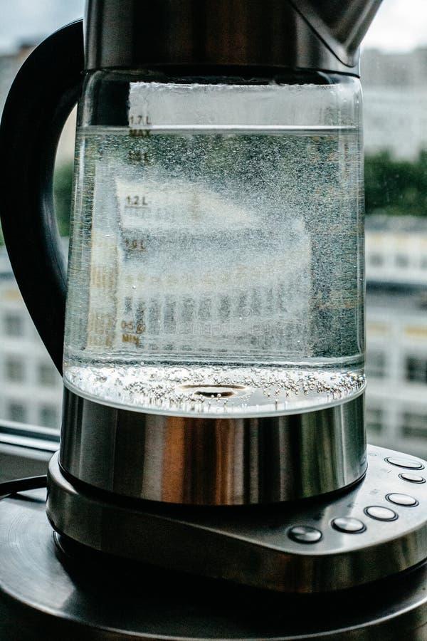 Agua clara de ebullición en caldera fotografía de archivo libre de regalías