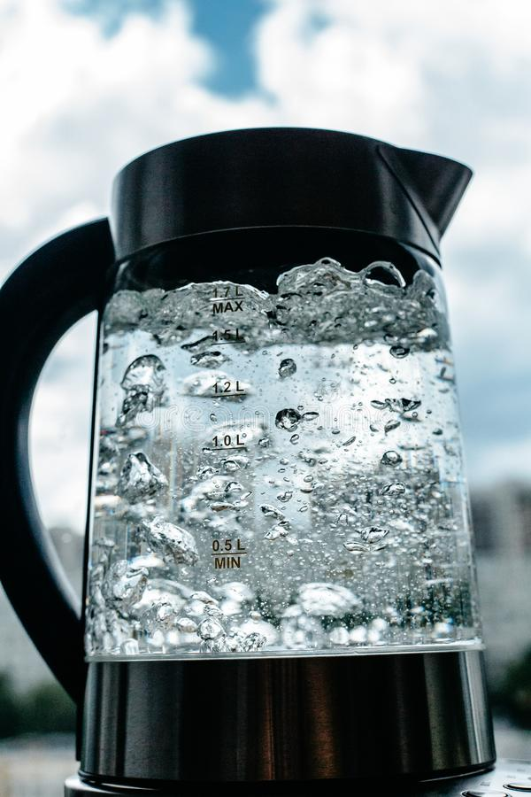 Agua clara de ebullición en caldera foto de archivo