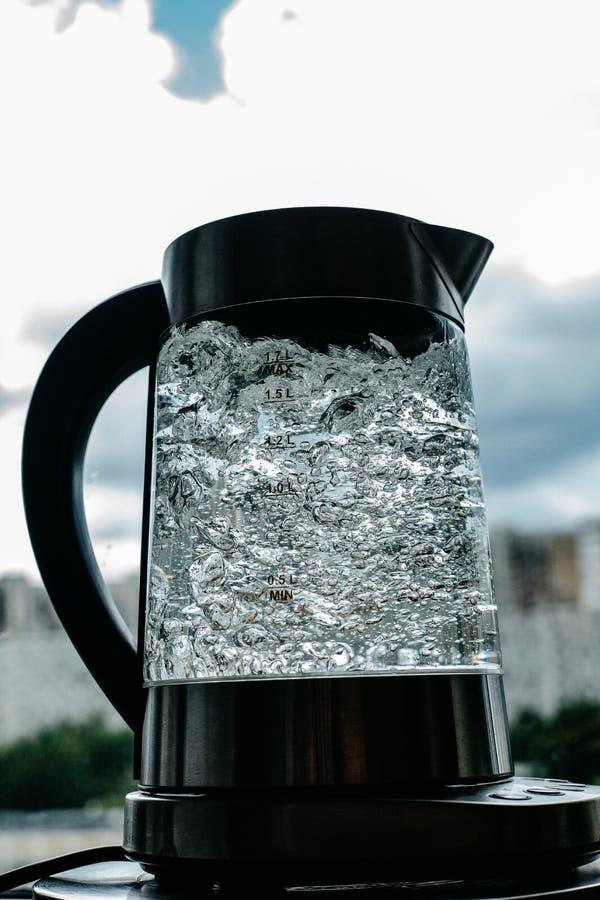 Agua clara de ebullición en caldera foto de archivo libre de regalías