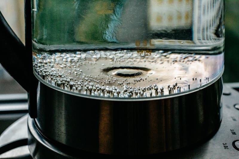 Agua clara de ebullición en caldera imágenes de archivo libres de regalías