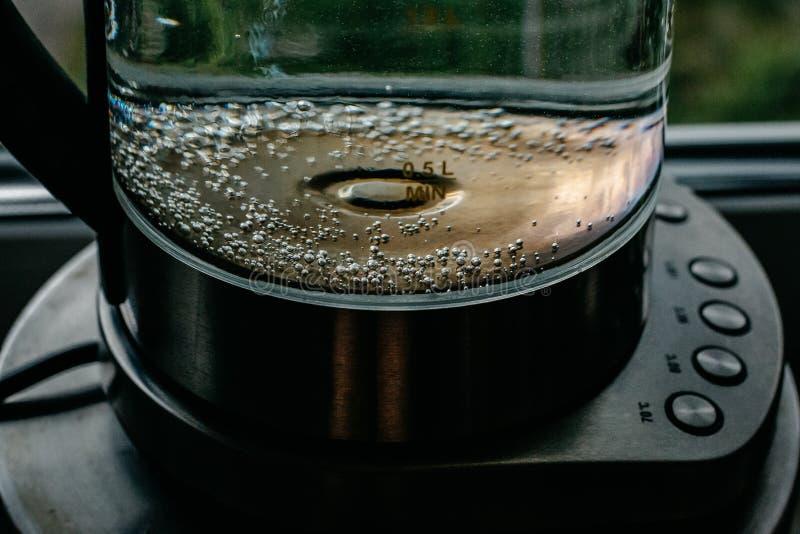 Agua clara de ebullición en caldera imagenes de archivo