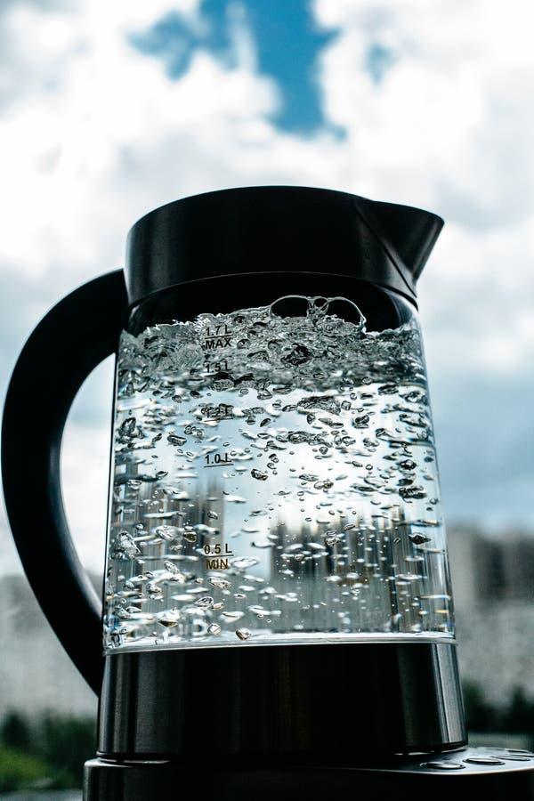 Agua clara de ebullición en caldera fotografía de archivo
