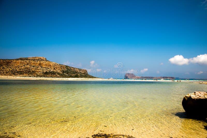 Agua clara estupenda en la playa de Balos, Creta imágenes de archivo libres de regalías