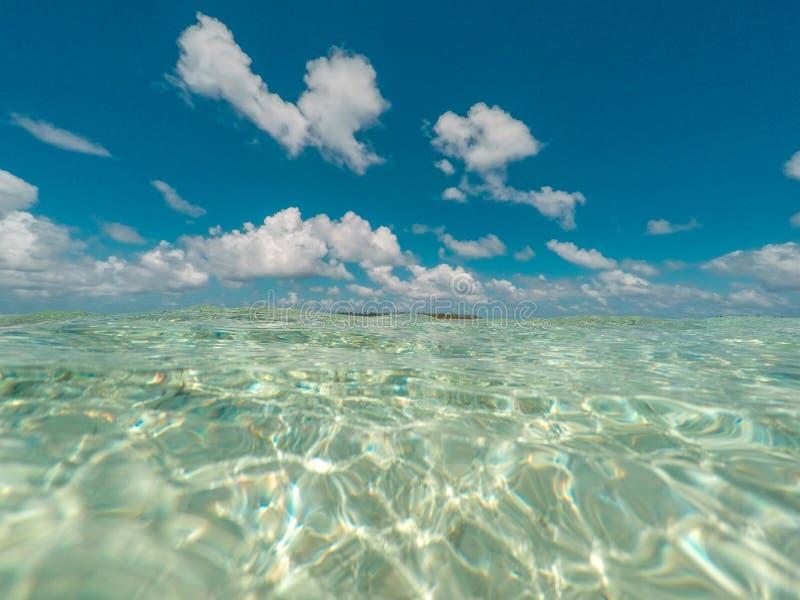 Agua clara y cielo azul - paisaje del océano del océano - fotos de archivo libres de regalías