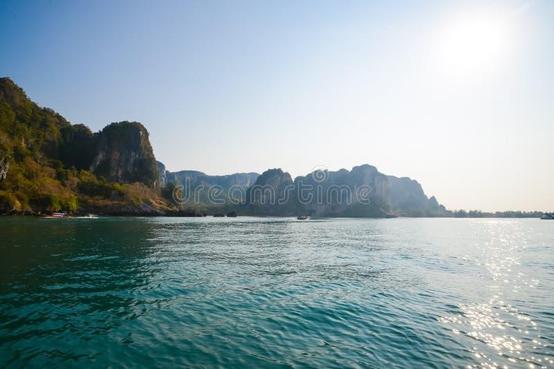 Agua clara y cielo azul Playa en la provincia de Krabi, Tailandia imagen de archivo libre de regalías