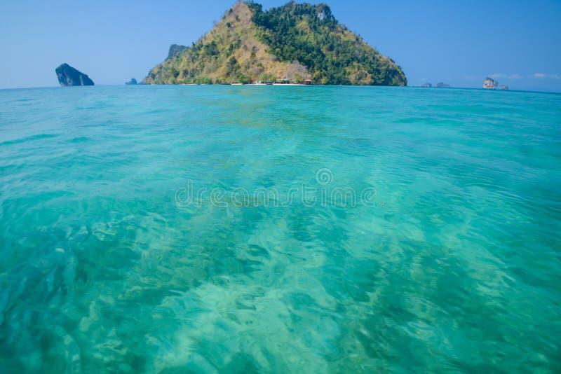 Agua clara y cielo azul Playa en la provincia de Krabi, Tailandia fotografía de archivo