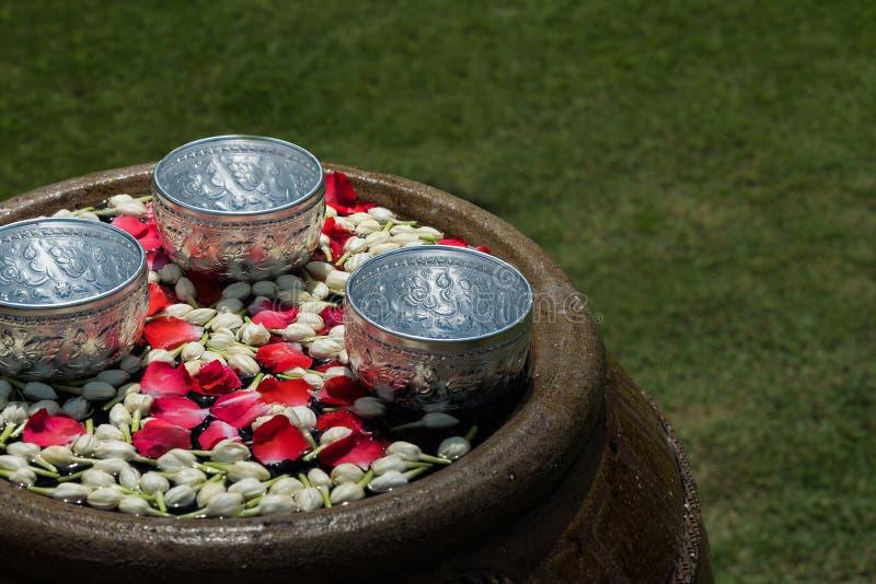 Agua con las flores para el festival tailandés Songkran imágenes de archivo libres de regalías