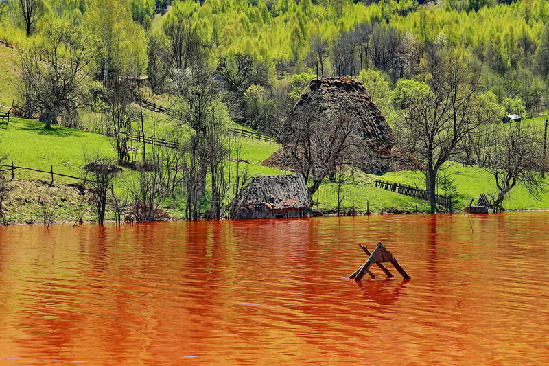 Agua contaminada del lago en Rosia Montana