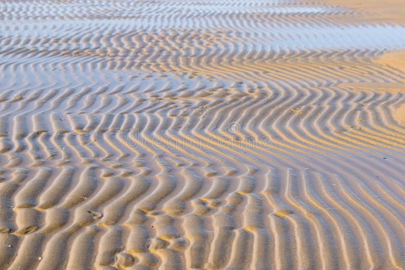 Agua corriente con marea baja fotografía de archivo