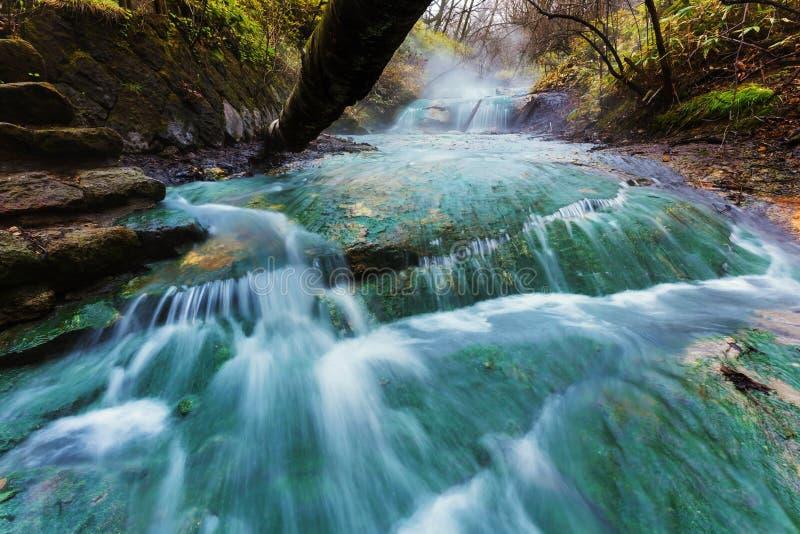 Agua corriente de las aguas termales de Oyunumagawa, Noboribetsu foto de archivo