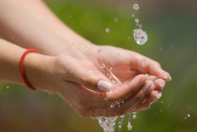 Agua corriente y manos imagen de archivo