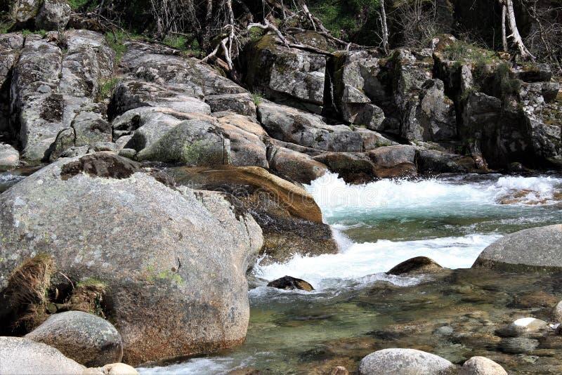 Agua corriente y rocas fotografía de archivo libre de regalías