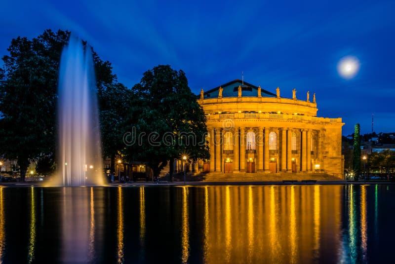 Agua crepuscular de la reflexión de la luna del cielo azul de Stuttgart Staatstheater imagen de archivo libre de regalías