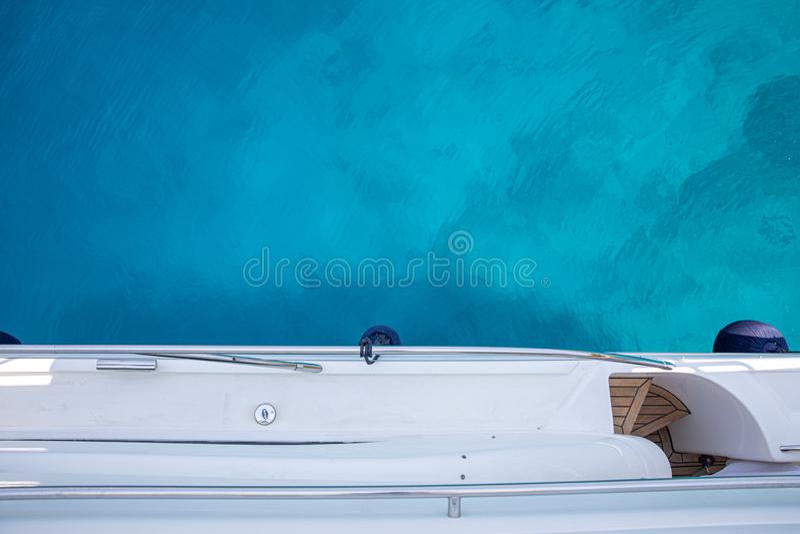 Agua cristalina cerca de la playa de Aponissos, isla de Agistri, golfo de Saronic, Grecia de la turquesa del verano Foto tomada d fotografía de archivo libre de regalías