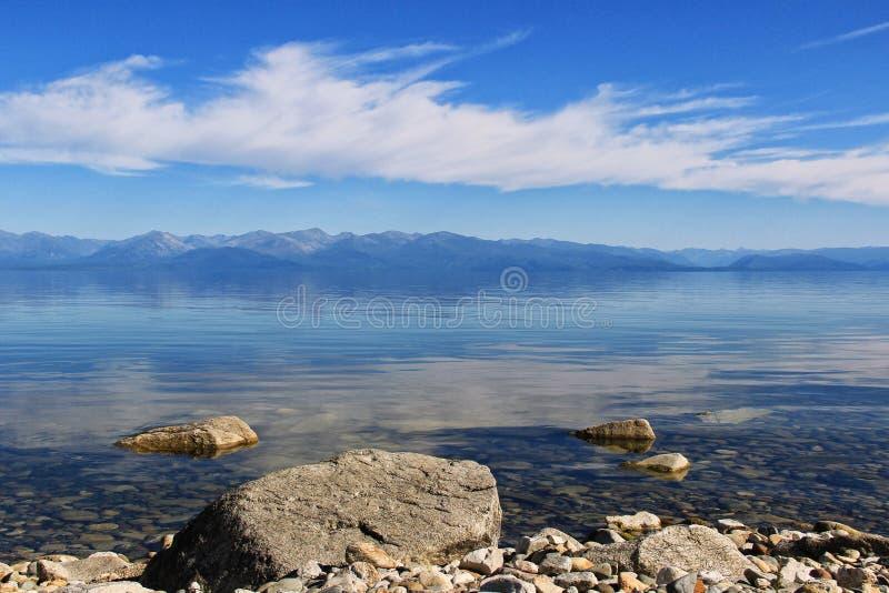Agua cristalina del lago Baikal y de montañas fotografía de archivo libre de regalías