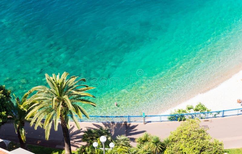 Agua cristalina en Niza, francesa riviera, azur del ` del corral d, Francia del sur
