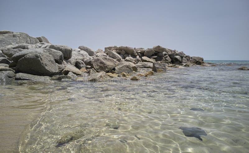 Agua cristalina y transparente en las rocas fotografía de archivo libre de regalías
