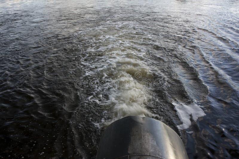 Agua de abastecimiento del tubo grande del río a la irrigación imagenes de archivo