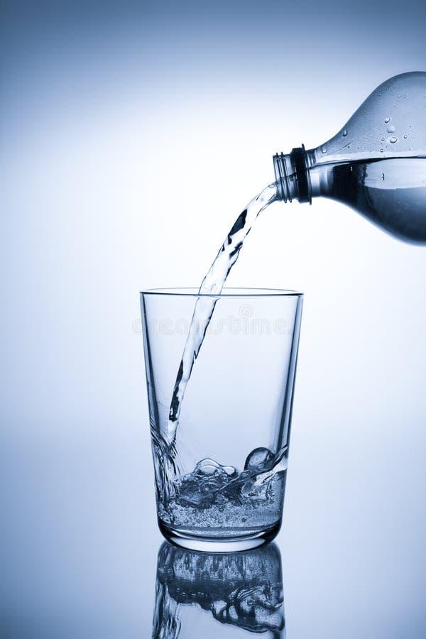 Download Agua De Colada En Un Vidrio Foto de archivo - Imagen de cristalería, gota: 100528600