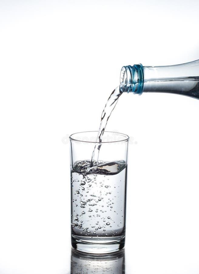 Agua de colada en vidrio imagenes de archivo