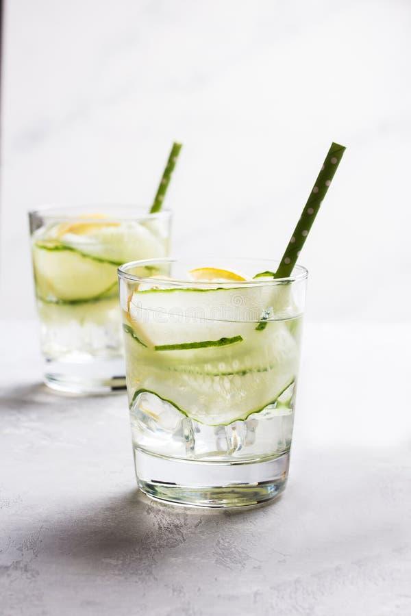 Agua de desintoxicación nutritiva con limón y pepino en un vaso foto de archivo libre de regalías