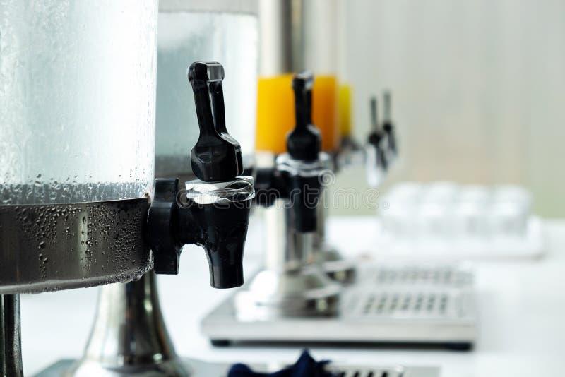 Agua de la bebida agradable y zumo de fruta en la tabla foto de archivo libre de regalías