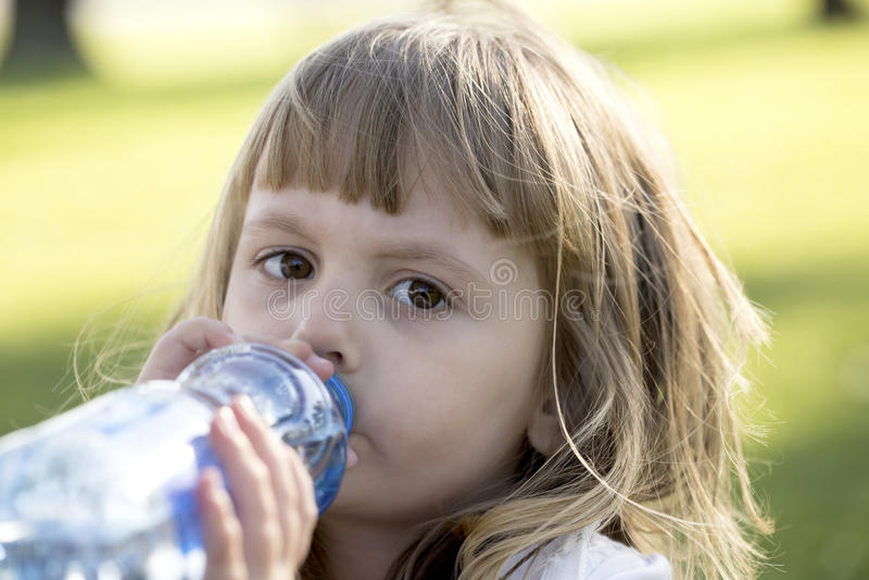 Agua de la bebida de la niña imágenes de archivo libres de regalías