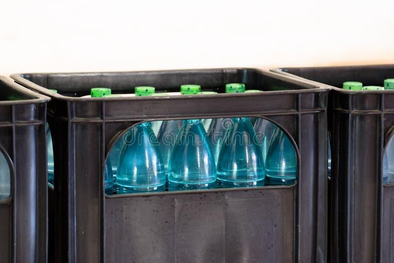 Agua de la bebida en paquete negro imagen de archivo