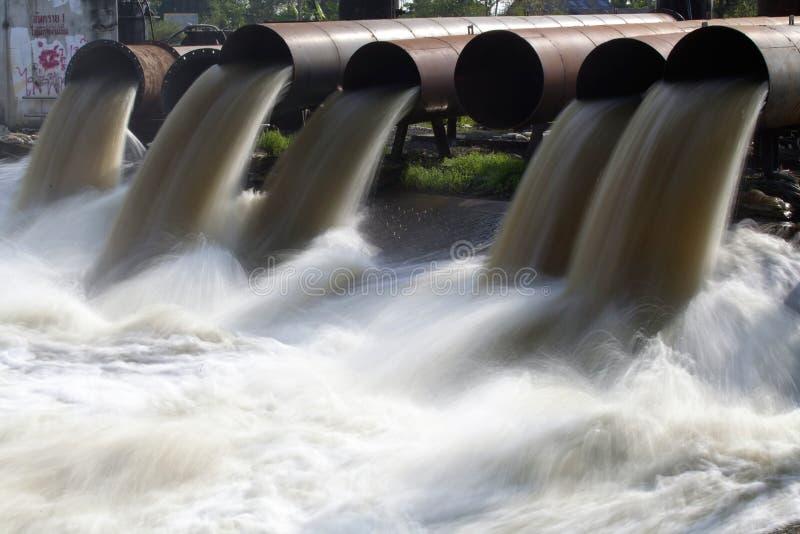 Agua de la bomba entre la inundación del agua foto de archivo