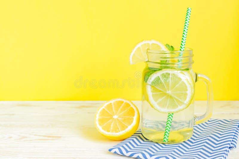Agua de la limonada de la fruta cítrica con la bebida cortada de las hojas del limón y de menta, sana y del detox del agua en ver foto de archivo