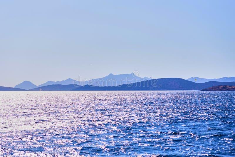 Agua de la turquesa cerca de la playa en el centro turístico turco del mar egeo de la costa, Bodrum, Turquía imagen de archivo libre de regalías