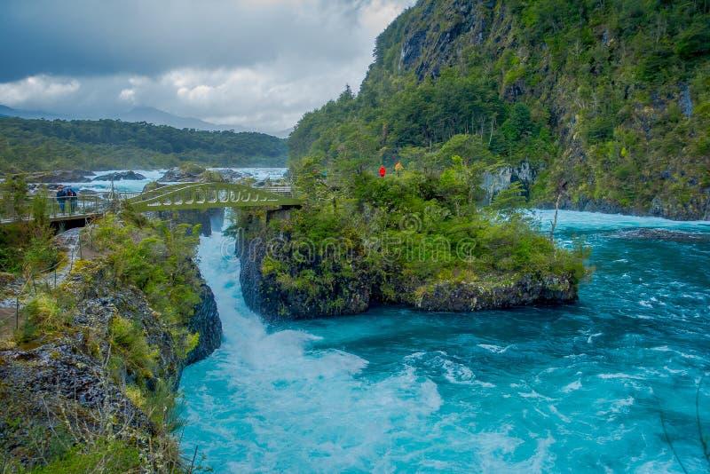 Agua de la turquesa de la hermosa vista o que fluye en el río de Petrohue, provincia de Llanquihue, región del Los Lagos, Chile fotografía de archivo