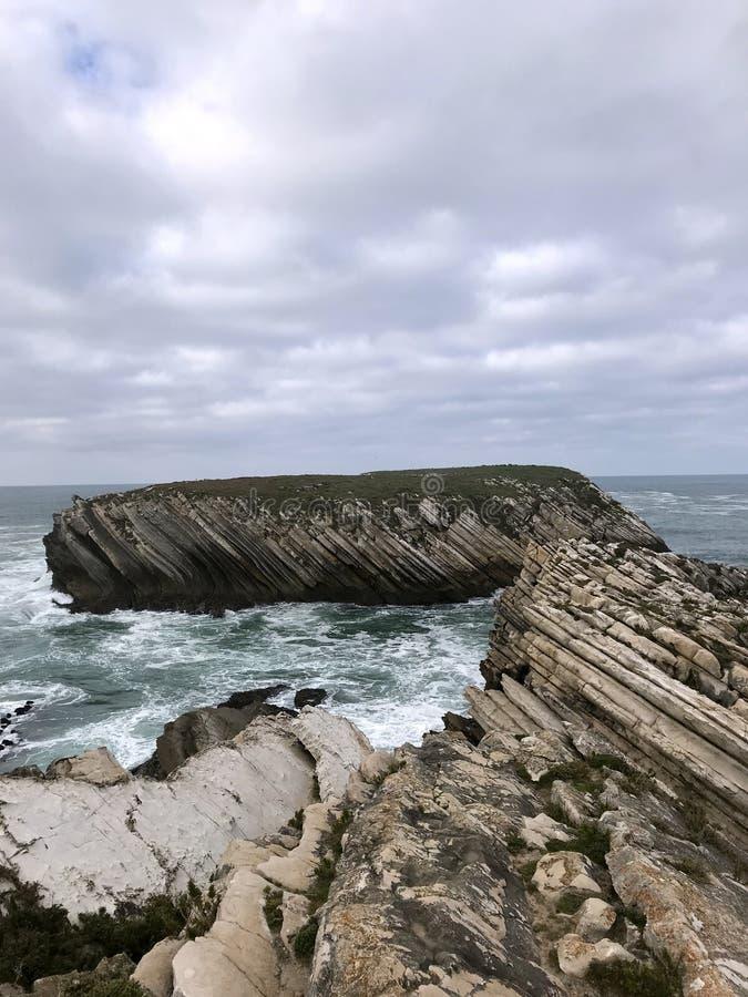 Agua de las montañas de las rocas del océano del ¹ del ¬â€ del 'de ââ del ¹ del ¬â€ del 'de ââ del mar foto de archivo libre de regalías