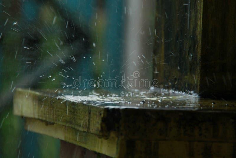 Agua de lluvia, charcos que ocurren en la estación de lluvias, versión 4 foto de archivo