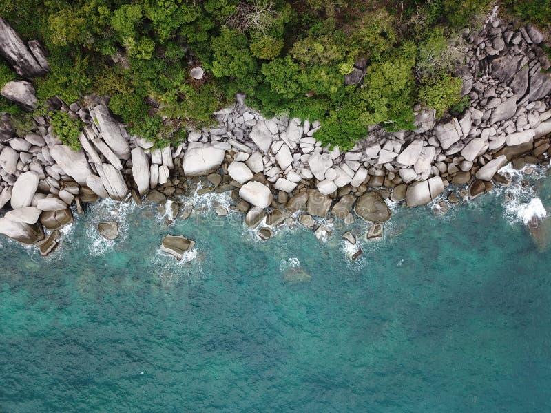 Agua de mar clara de la imagen del alto ángulo para zambullirse en la costa de Koh Nang Yuan en Surat Thani, Tailandia imagen de archivo