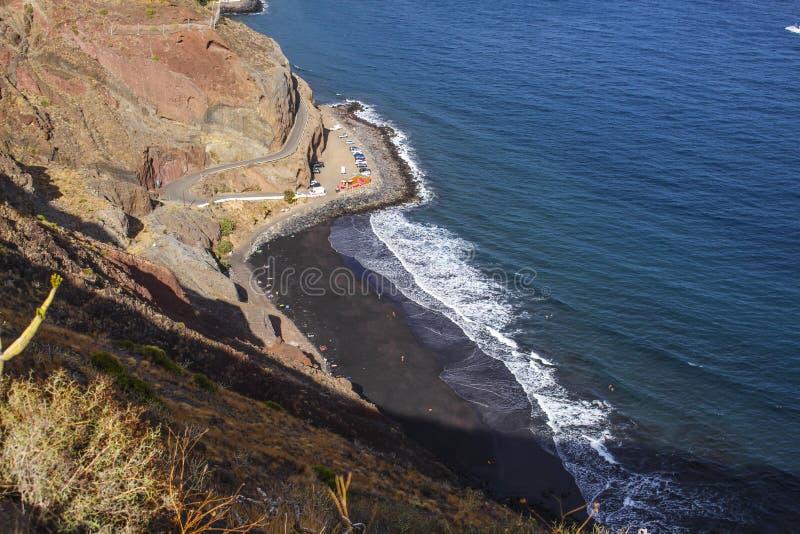 Agua de mar colorida de la playa de Tenerife Summer Playa de Las Gaviotas Océano Atlántico del paisaje de montañas de centro turí foto de archivo