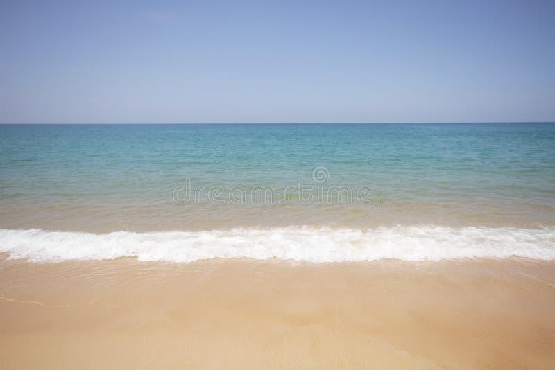 Agua de mar cristalina idílica de la onda de la playa delante del hotel de lujo, mar claro atractivo, fondos de la costa costa de fotografía de archivo libre de regalías