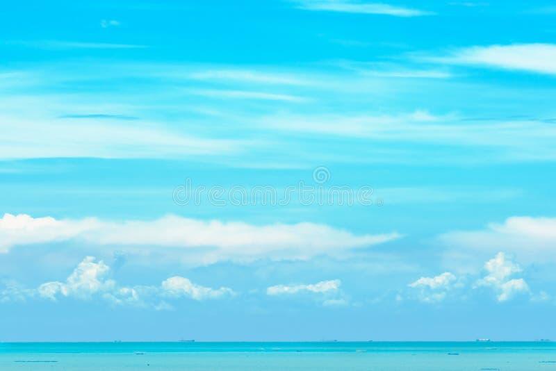 Agua de mar hermosa del azul de cielo azul y nubes blancas el día soleado Cloudscape Nave de transporte en el mar Color suave del imagen de archivo